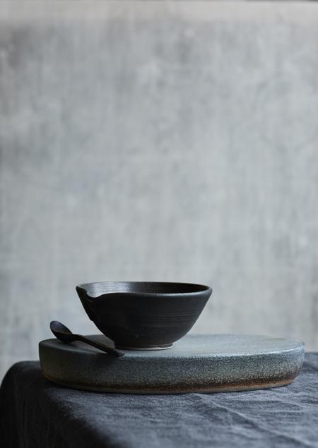 serving stone and bowl - Marjoke de Heer keramiek atelier (fotografie Saskia van Osnabrugge - styling Maaike Koorman)