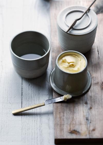 Keramiek Marjoke de Heer - boterpotje Celadon/mat wit, het geheim van perfect smeerbare boter! (fotografie Saskia van Osnabrugge - styling Maaike Koorman)