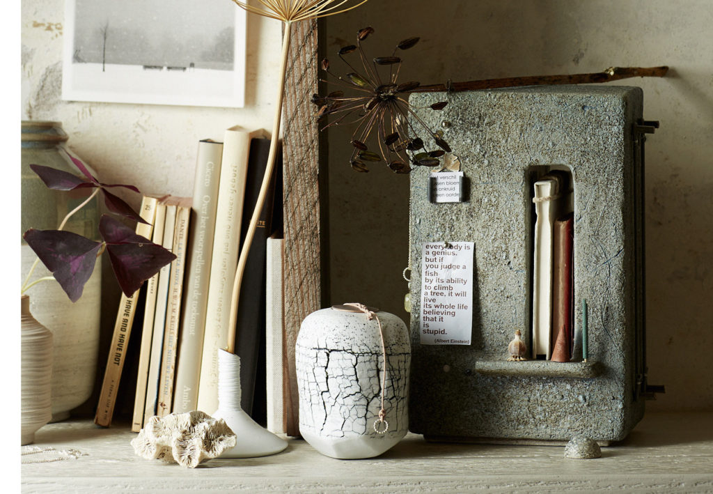 urn gedenk kastje en little pot of memory