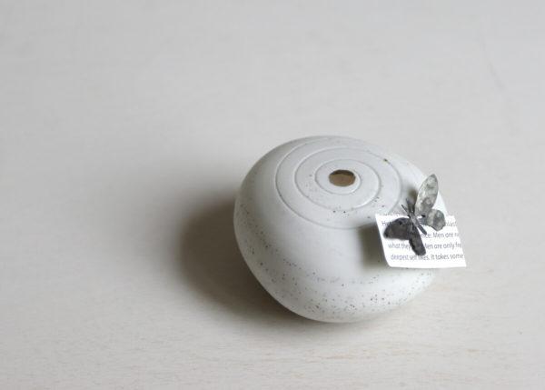 Pebble urn with the touch of a butterfly - Marjoke de Heer Keramiek Atelier