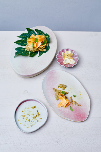 Keramiek Marjoke de Heer - round & organic shapes to serve and share your food (fotografie Remko Kraaijeveld - food & styling Vanja van der Leeden)