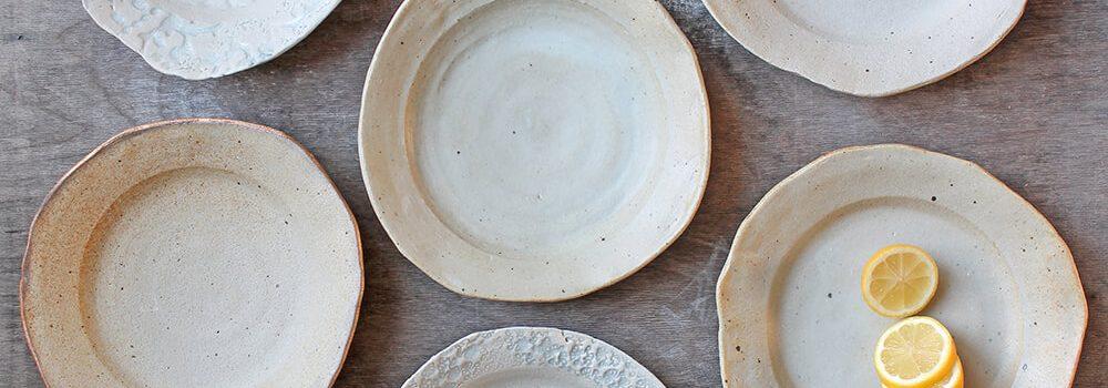 Borden met klei uit de sloot van Miljuschka - Marjoke de Heer Keramiek Atelier