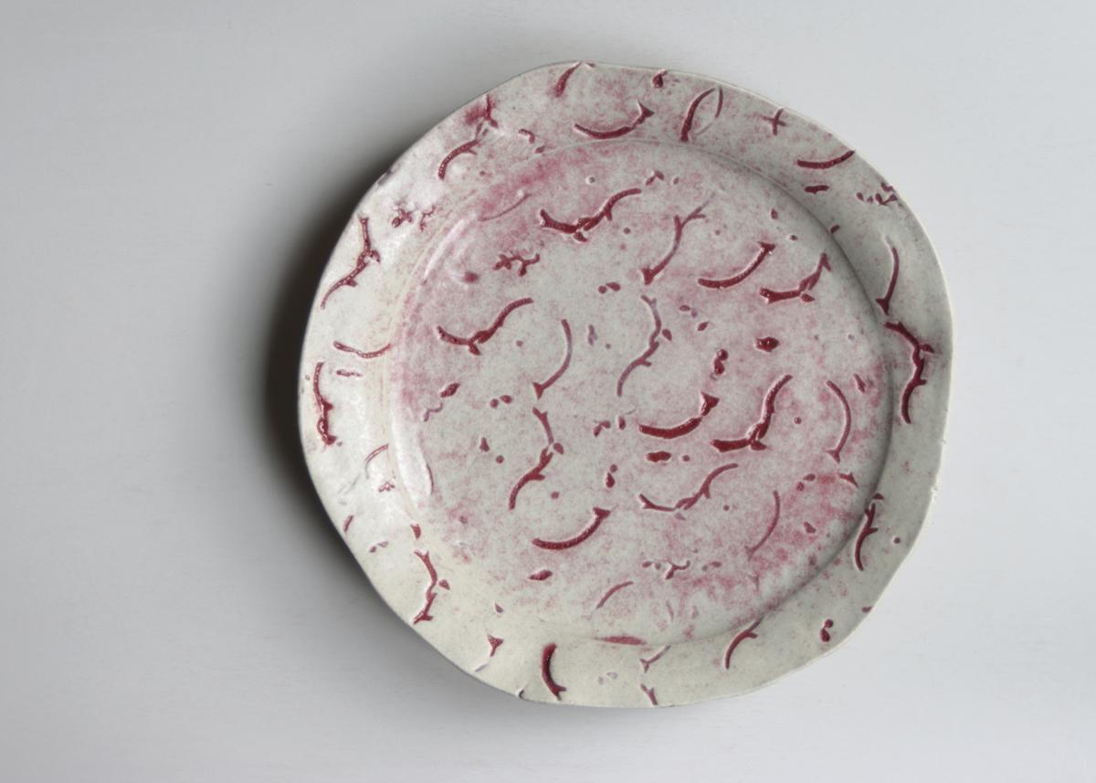 Batik plate large with red - Marjoke de Heer Keramiek Atelier