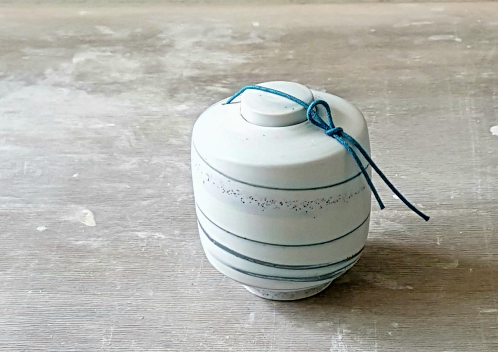 mini urn porcelein met blauwe veter