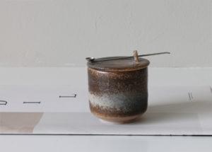 Natural storagepot with silver spoon - Marjoke de Heer Keramiek Atelier