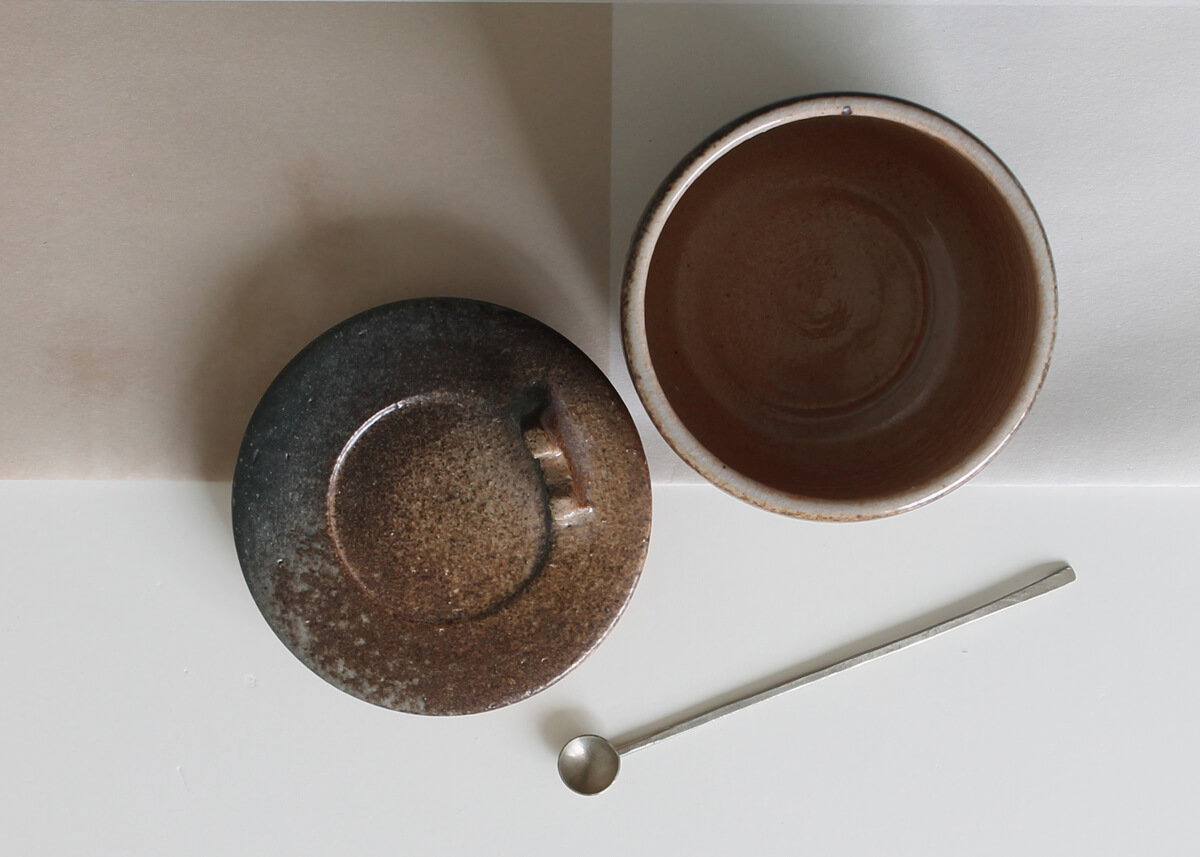Natural storagepot with silver spoon - - Marjoke de Heer Keramiek Atelier