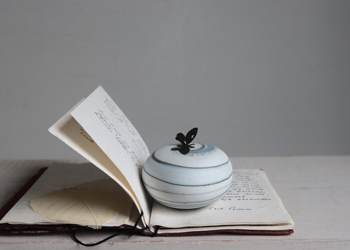 Pebble mini urn with a touch of a butterfly - Marjoke de Heer Keramiek Atelier