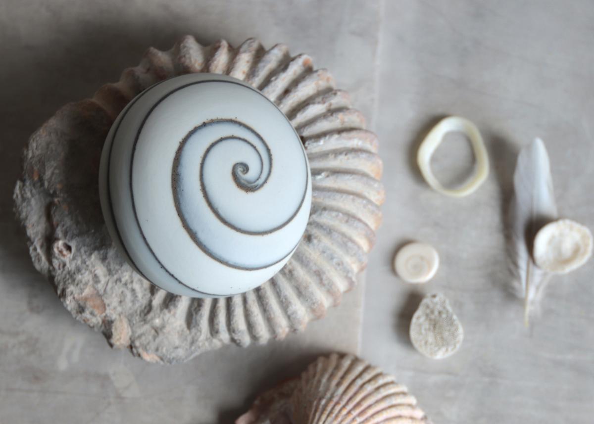 Pebble mini urn spiral of nature - Marjoke de Heer Keramiek Atelier